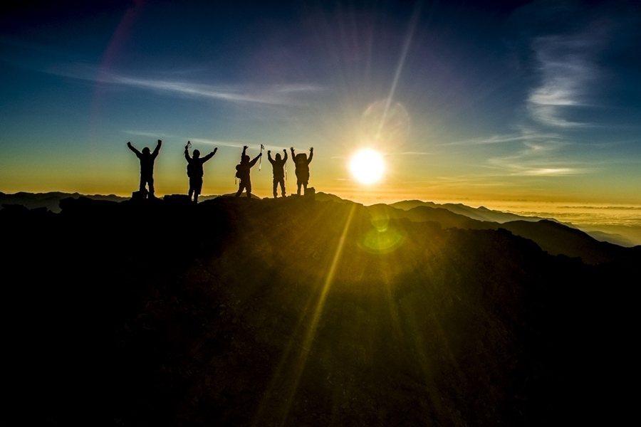 如今登山大多不是為了砍樹、採藥或打獵,而是為了從過程中獲得感動、體驗、健康、抒解壓力等無形價值。圖為玉山國家公園。 圖/玉管處