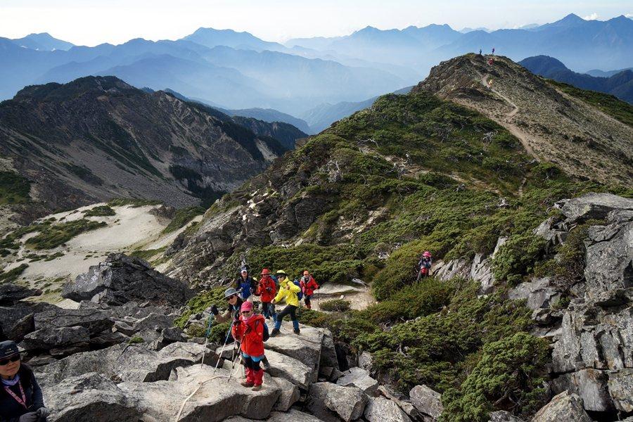 遊憩活動的累積影響必定反噬主管機關保護環境的使命,尤其是生態系脆弱的高山地帶。圖為南湖大山。 圖/聯合報系資料照