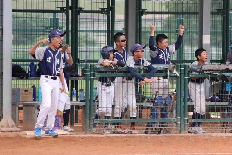 建安國小教練林言熹(左一)也是著名專欄作家。 學生棒球聯盟資料照