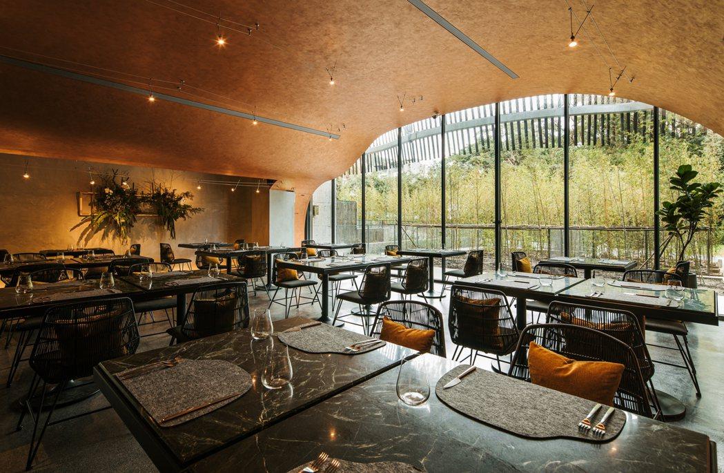 Habitat餐廳是一個外型宛如洞穴般的半開放式空間。 圖/利眾公關提供
