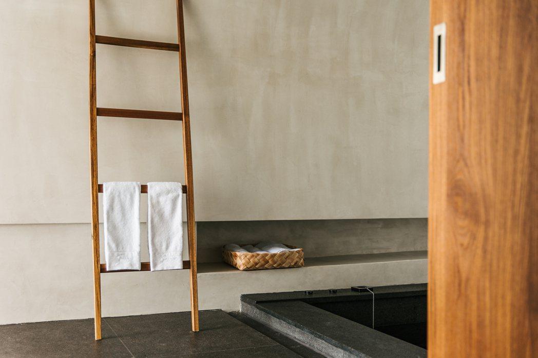客房內的盆籃,由來自台東和屏東部落的工藝師或農忙之餘的婦女,使用台灣原生月桂葉編...