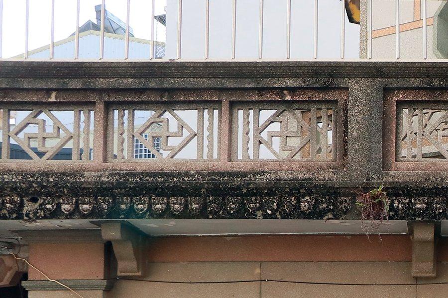 華嚴寶塔出現的各式洗石子「鏤雕圍牆」與「滴水」。 圖/作者自攝