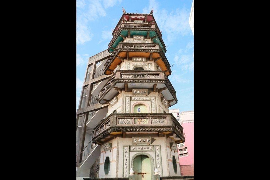 台南修禪院華嚴寶塔,建於民國46年,距今已有64年歷史,雖期間多有整修,但建築裝飾藝術在府城城南地區仍顯得十分精美。 圖/作者自攝