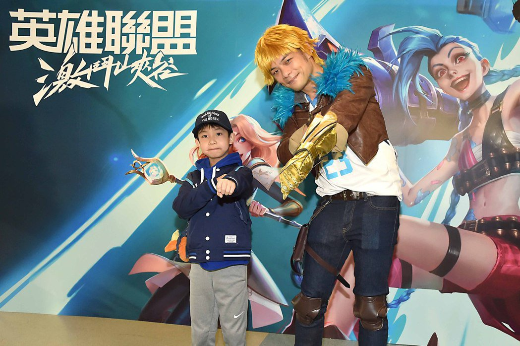 台灣大林之晨總經理變身《英雄聯盟:激鬥峽谷》中的冒險家伊澤瑞爾,和現場的球迷開心...