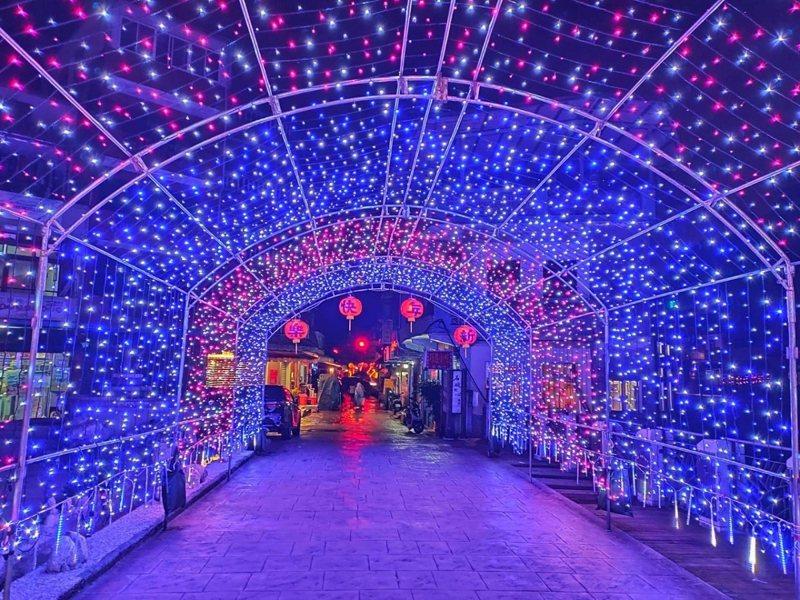 石碇老街周邊懸掛滿了燈籠和燈飾,歡迎民眾來感受過節氣氛也欣賞石碇夜晚不同的美。 圖/大新店有線電視提供