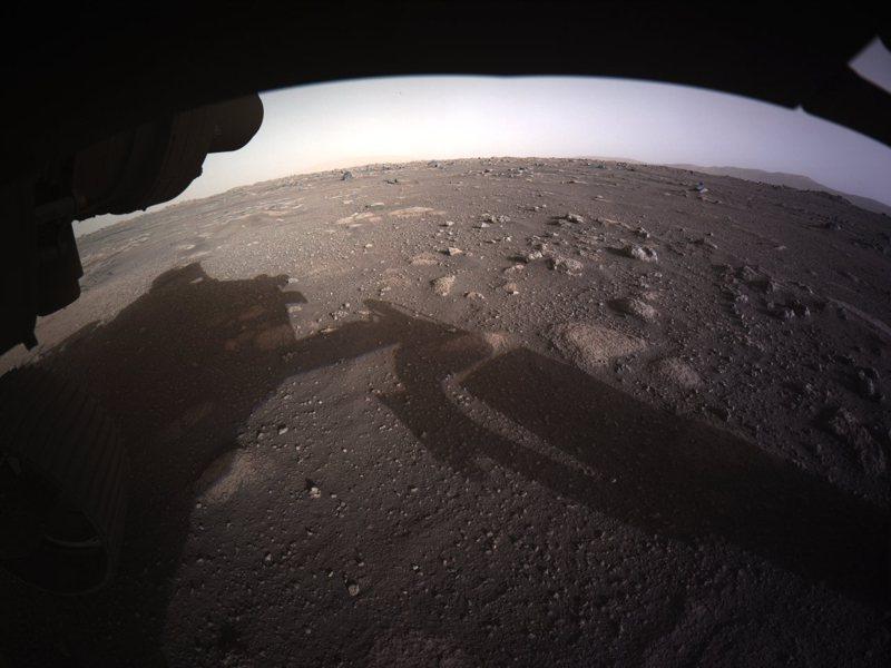 美國太空總署(NASA)火星探測器「毅力號」在美東時間十八日登陸火星後,傳回第一張彩色照片。美聯社