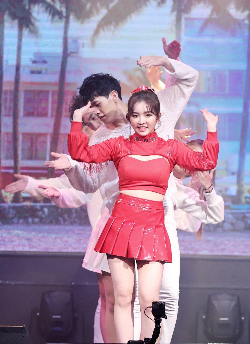 王欣晨(前)在首場音樂會上載歌載舞。記者曾原信/攝影