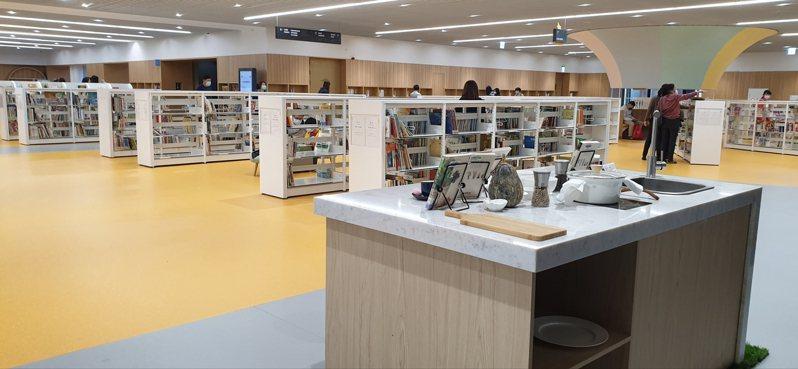 呼應台南「美食之都」封號,台南市立圖書館總館是台灣首座有烹飪教室進駐的圖書館。記者陳宛茜/攝影