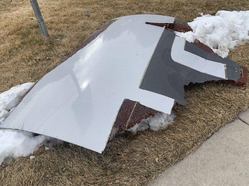 美國聯合航空一架波音777-200客機,其引擎在起飛後不久起火燃燒,並且持續掉落碎片。歐新社