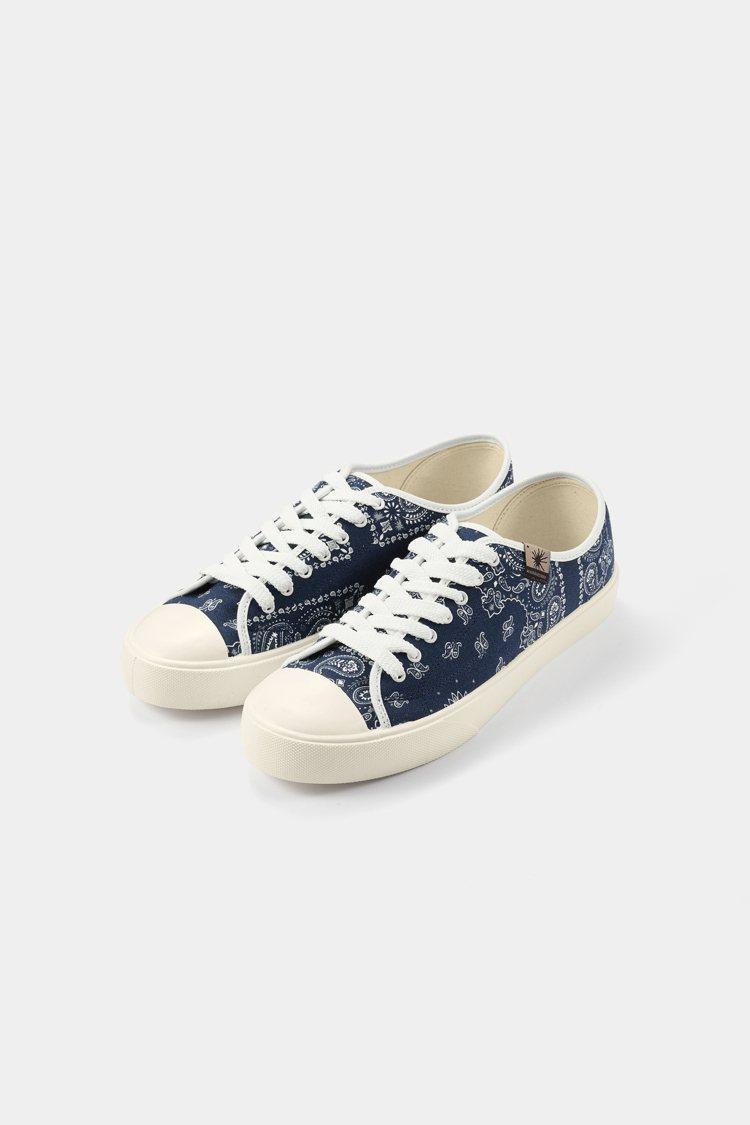 GU x MIHARAYASUHIRO聯名帆布鞋1,490元。圖/GU提供