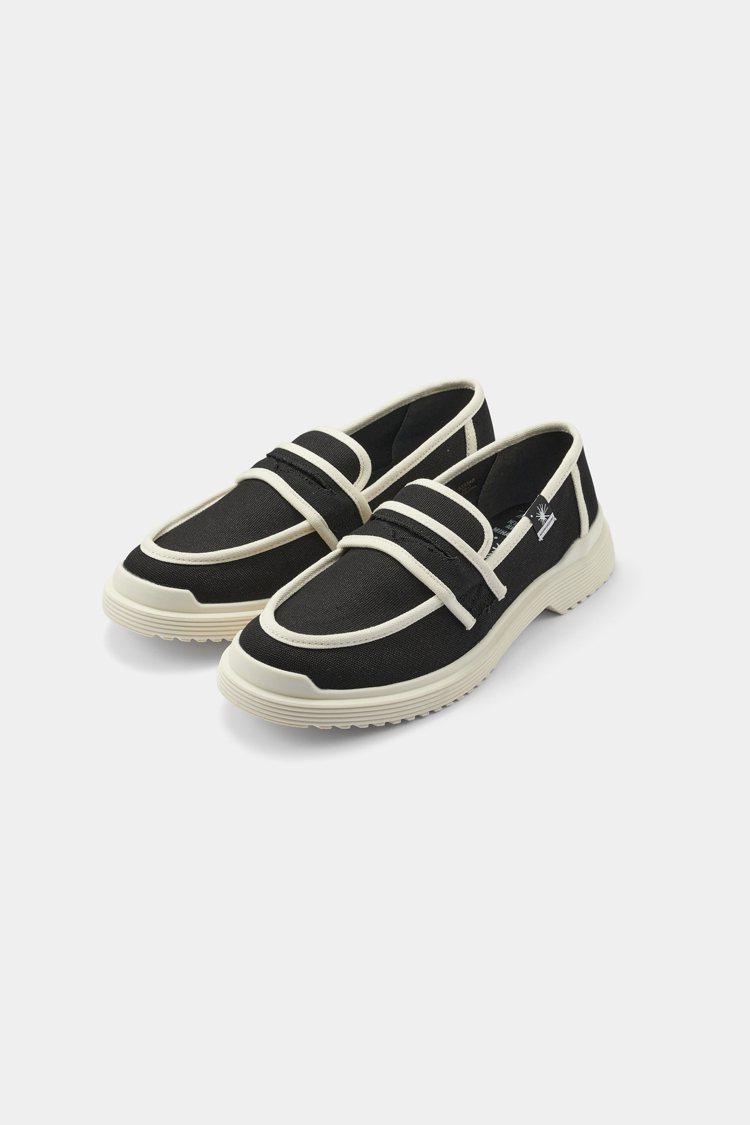 GU x MIHARAYASUHIRO聯名平底樂福鞋1,790元。圖/GU提供