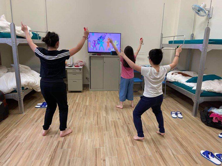 有母親帶著三個孩子從英國返台,特別安排入住寬敞舒適的軍事風家庭房,孩子們還能做運...