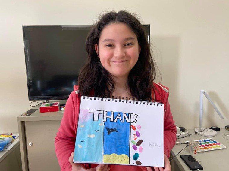 孩子在家庭房集中檢疫不需與母親分開、透過網路持續學習,孩子特別繪製卡片表達感謝心...