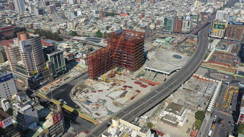 高雄鐵路地下化後,除拆除高架橋、填平地下道,車站工程也在進行中。圖/高雄市交通局提供