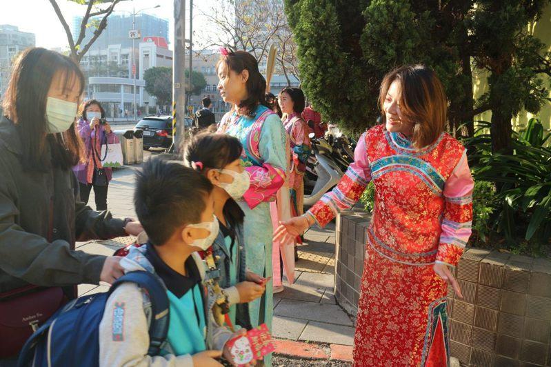 大橋國小校長白玉玲穿著古裝在校門口歡迎學生上學。圖/大橋國小提供