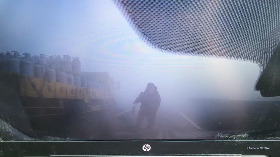 西濱連環大車禍中,一名男子在濃霧中踉蹌起身隨及被撞消失在行車紀錄器畫面中的男子,...
