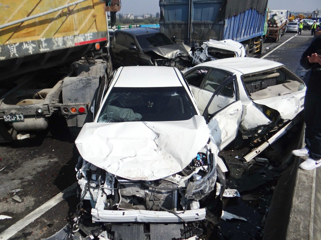西濱快速道路重大連環車禍造成兩死八傷,事故原因警方初上調查出爐並查扣7輛可能涉及...