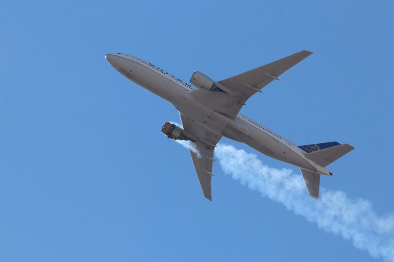 美國聯合航空一架飛往夏威夷檀香山的「波音777客機」20日發動機故障後緊急折返丹佛,當時「邊飛邊掉碎片」,畫面相當驚恐。法新社