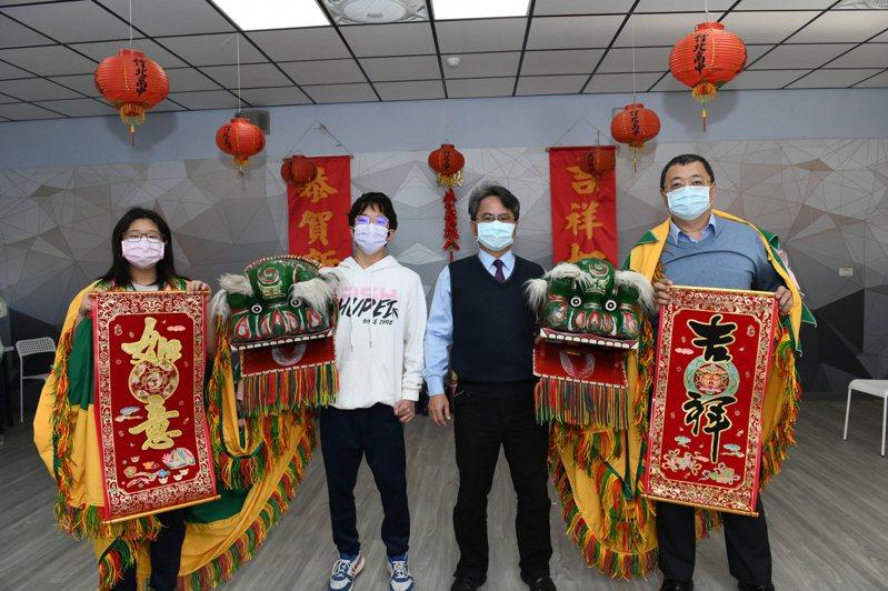 校長陳瑞榮(右二)、家長會長及學生們表演舞龍舞獅賀新春,給開學日帶來驚喜。圖/竹北高中提供