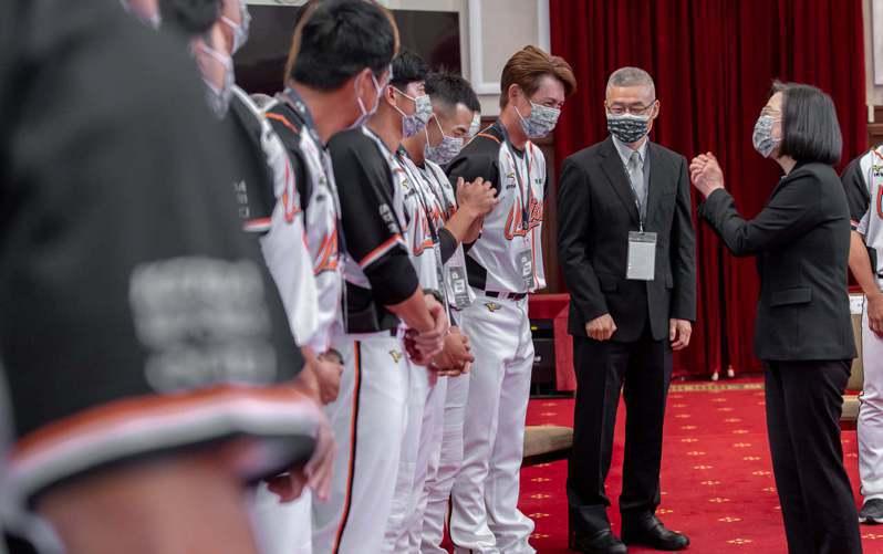 中職秘書長楊清瓏(右二)長期在棒壇,從小到大見過歷任總統。圖/統一獅隊提供