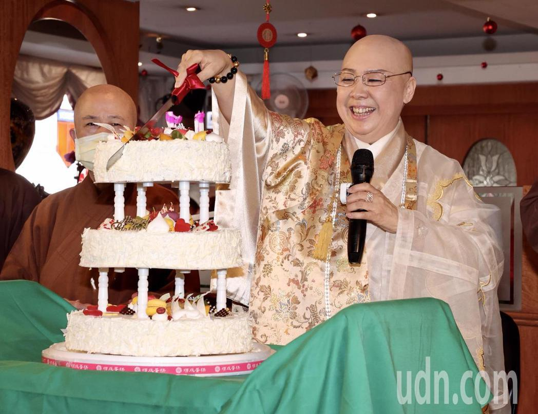 恆述法師表示現在家庭關係良好,在場歡渡生日。記者黃義書/攝影