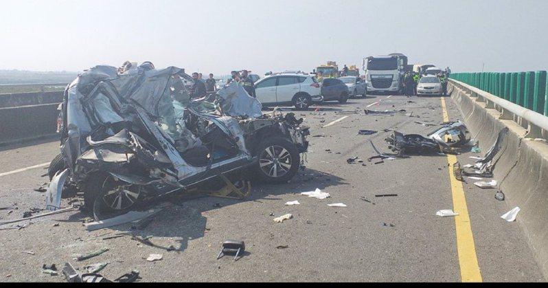 西濱快速道路重大連環車禍造成兩死八傷。圖/報系資料照片