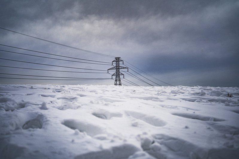 美國德州2月中出現攝氏零下18-25度超低溫,由於用電量高漲造成電網不堪負荷,16日一度出現400多萬戶大停電。圖為18日的達拉斯市區電線桿。圖/紐約時報