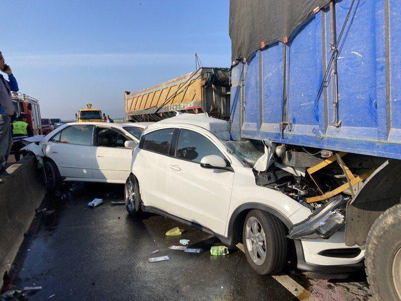 台61線西濱快速道路昨天在雲嘉大橋路段發生21輛大小車輛連環車禍,造成兩死八傷慘劇。本報資料照片