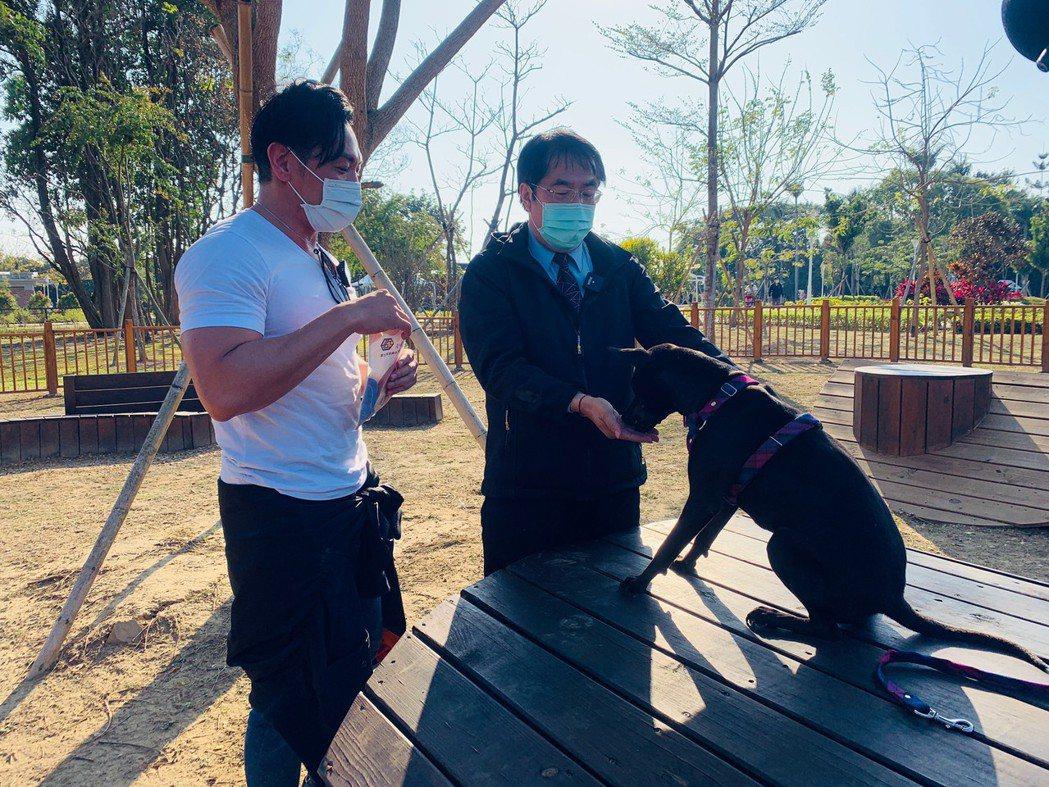 夢多(左)親自調教台南市長黃偉哲的愛犬黑妞。圖/經紀人提供