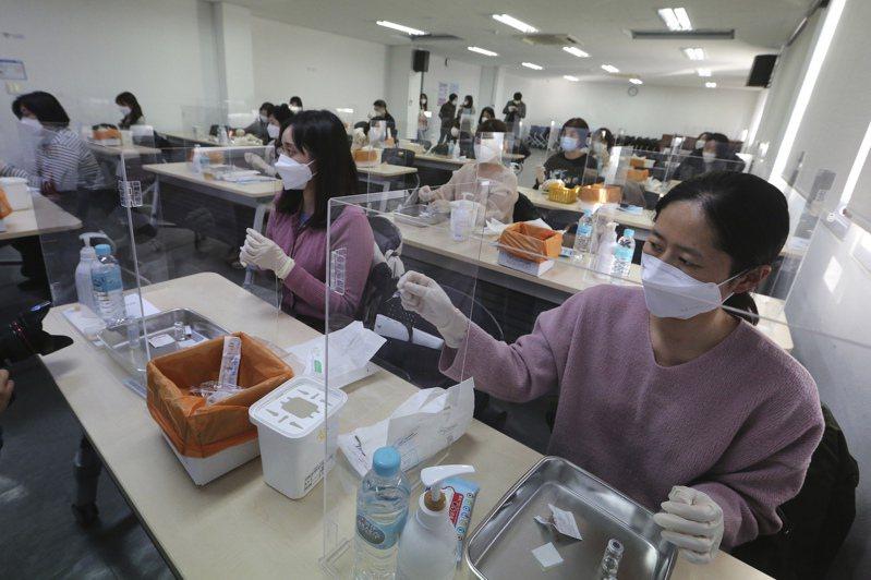 南韓醫護人員十七日在首爾的南韓護理師協會參加新冠疫苗接種訓練。(美聯社)