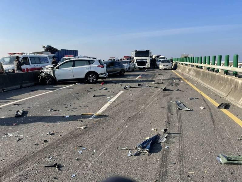 西濱快速道路雲嘉交界路段昨天清晨起霧霾,能見度不佳造成廿一輛車追撞,二死八傷。記者莊祖銘/攝影