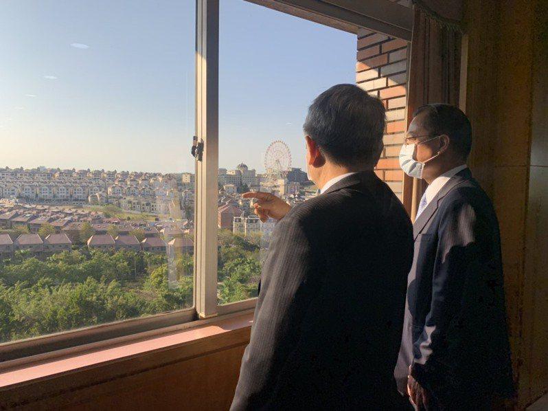 高雄市警局長黃明昭(右)與義守大學校長陳振遠(左)巡視校園安全角落。記者陳玫伶/翻攝