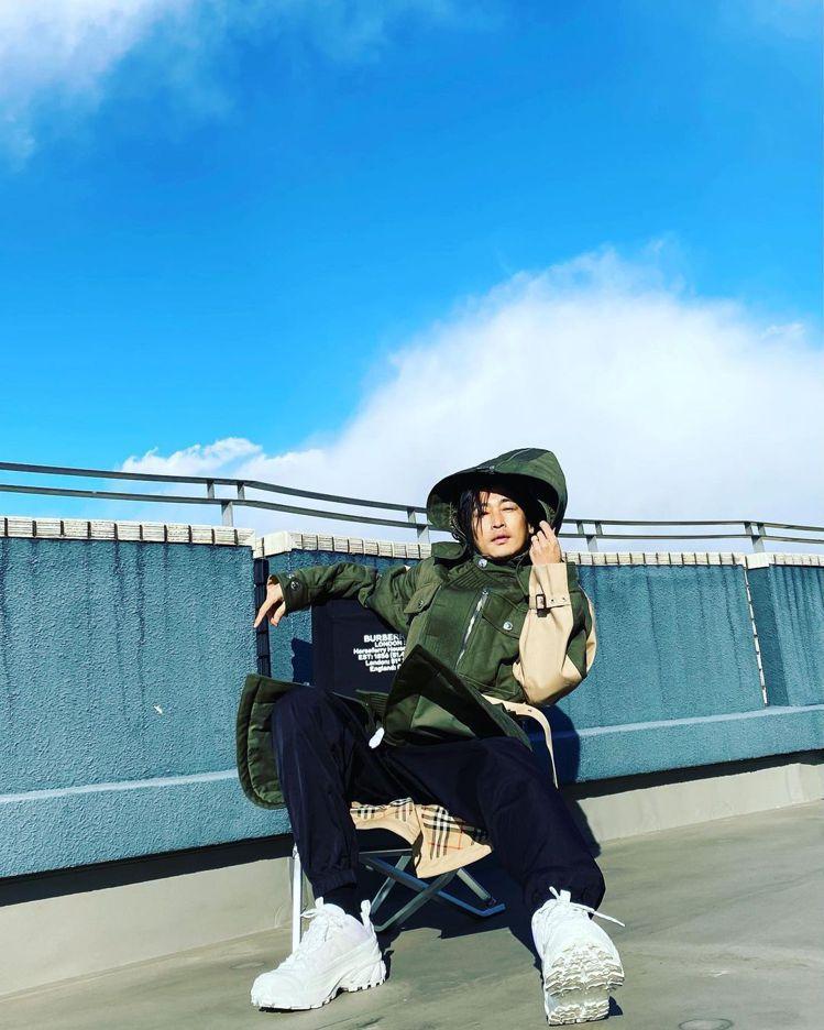漥塚洋介在IG上發表Burberry 2021秋冬男裝秀直播。圖/摘自IG