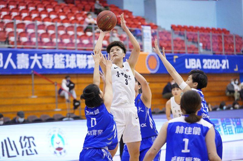 許庭瑜(中)攻下9分、8籃板。圖/大專體育總會提供