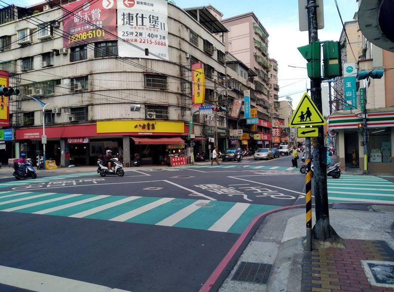 新北市前年起啟動「通學巷2.0」專案計畫,改善校園周邊巷弄標誌、線等設施,預計年底前完成全市211所國小改善。圖/新北交通局提供