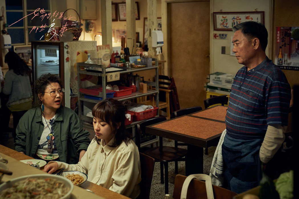 李立群(右)、藍心湄(左)在「她們創業的那些鳥事」中飾演陳意涵的父母,開釋許多職...