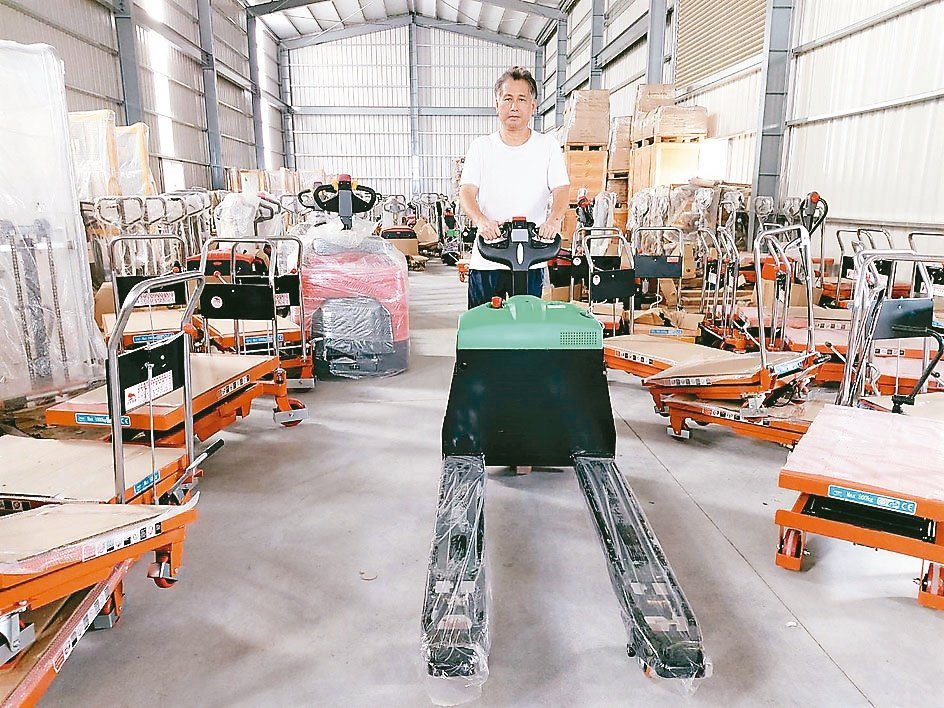 力牛高強董事長高相文展示3年5,000小時品質保證的DS-18L自走式全電動拖板...
