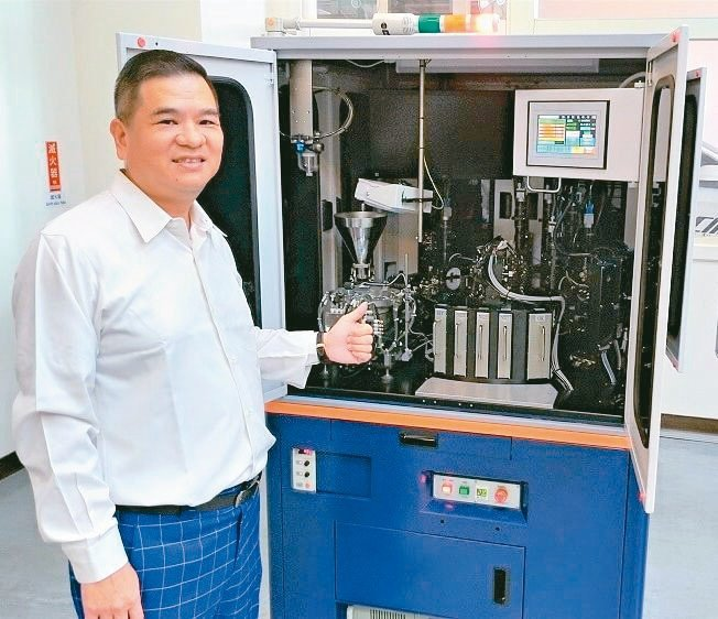 精湛光學董事長吳俊男對於新款機台的效能表現深具信心。楊鎮州/攝影