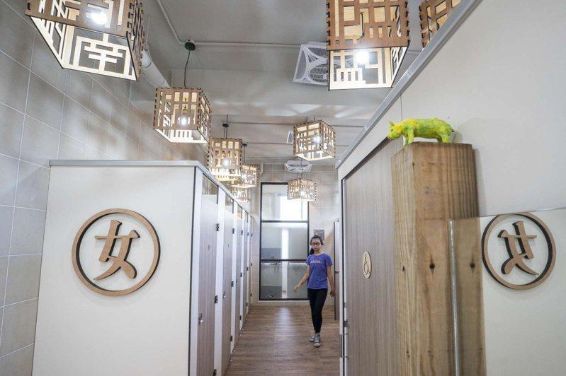 新竹市南隘國小近期延續草編藝術風格改建25年老廁所,環境煥然一新,通風、排水問題都獲解決,如廁彷彿進入日式度假湯屋,相當特別。圖/新竹市政府提供