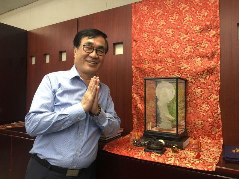 高雄市前副市長李四川的辦公室、住家都有觀音佛像,感念觀音媽的護佑,他每月抽空到台北龍山寺參拜,持續20多年不間斷。本報資料照片