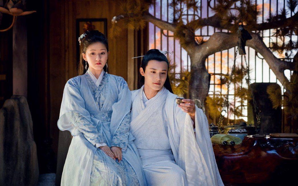 趙露思(左)與鄭業成在三千鴉殺中有許多親密互動。圖/緯來戲劇台提供