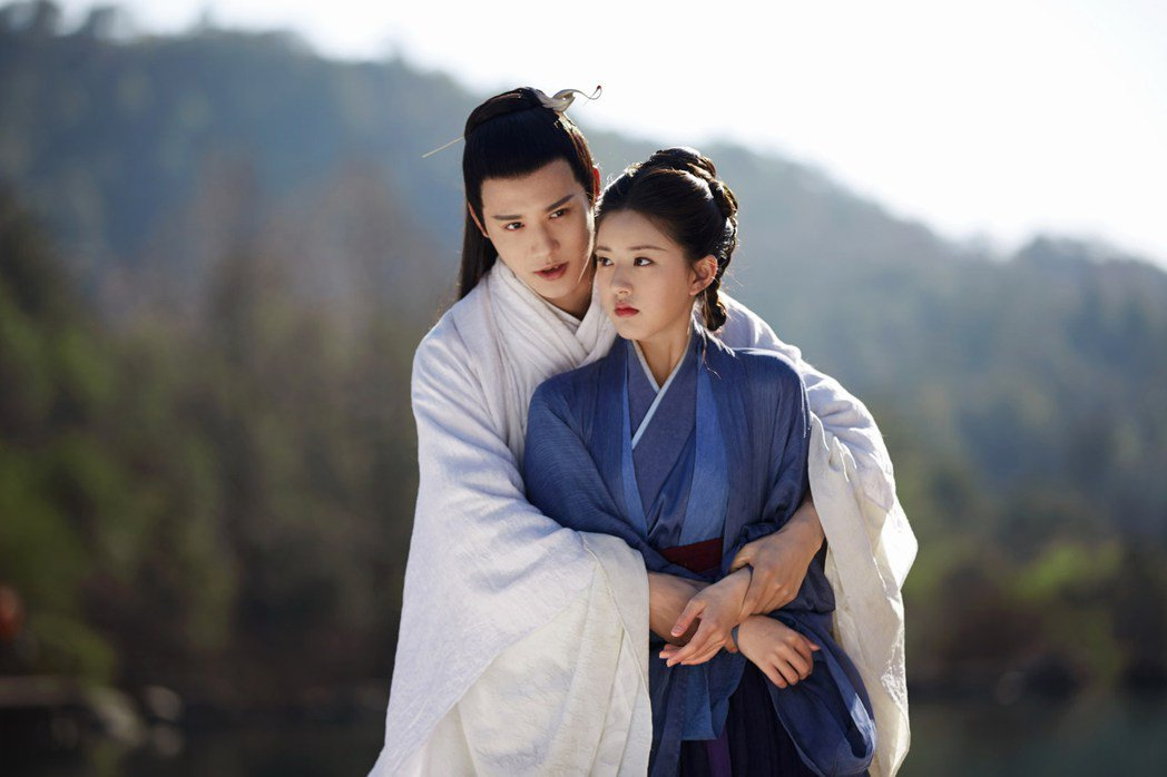 趙露思(前)與鄭業成在三千鴉殺中有許多親密互動。圖/緯來戲劇台提供