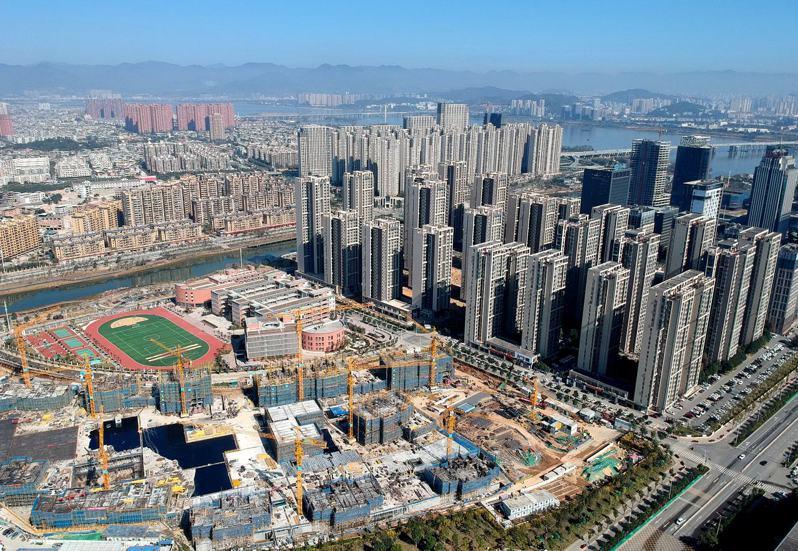 中國大陸50個城市兩月內賣地收入逾4735億元人民幣,同比漲42%。圖為福州市閩江畔一處新建住宅。(中新社資料照)