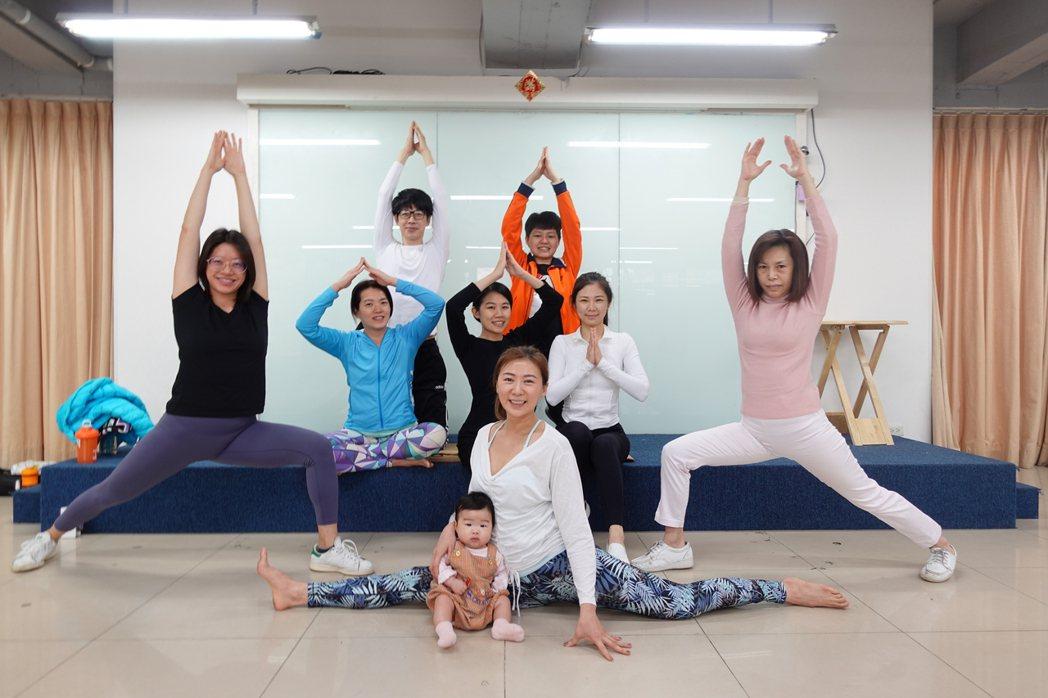 連靜雯與瑜珈課程的學生們。圖/楠軒工作室提供