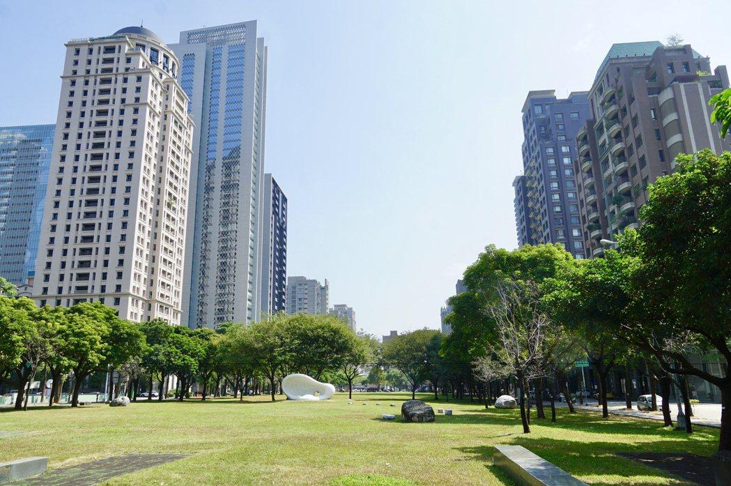 台中七期夏綠地園道兩旁闢出的十筆建地中只剩二筆待價而沽,推估未來每坪單價將上看4...