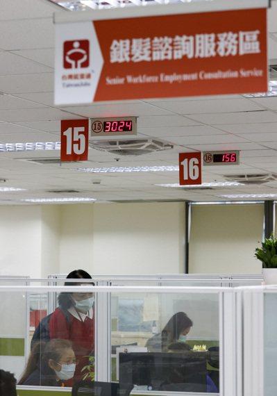 勞動部昨公告補助計畫,鼓勵中高齡及高齡勞工續留或退休後重返職場,圖為台北市艋舺就...