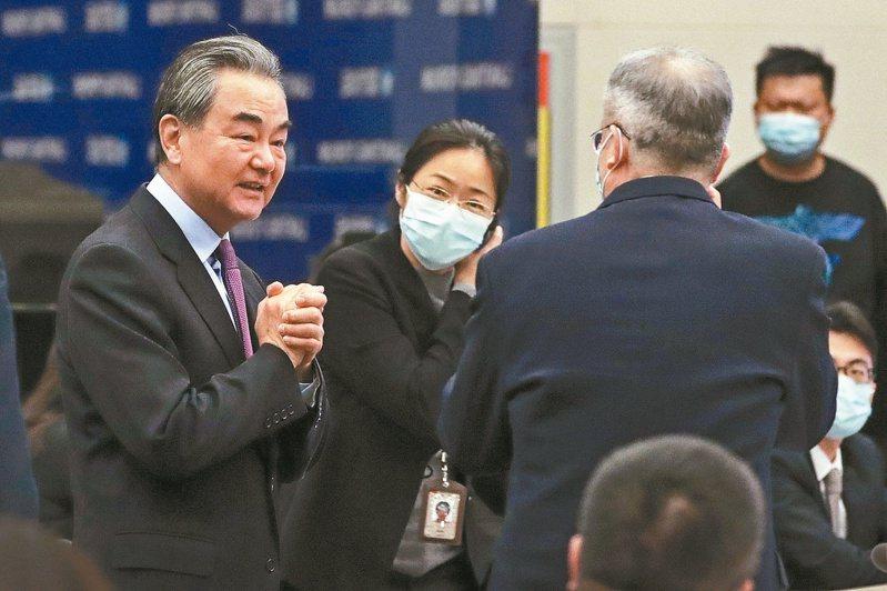 大陸國務委員兼外長王毅昨出席藍廳論壇時,呼籲美方放棄對陸加徵關稅,不要制裁陸企和科技封鎖。(美聯社)