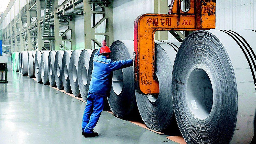 大陸官方罕見宏觀調控鋼鐵產量,且諭令不得超過去年。圖為大陸鋼鐵產線。(本報系資料...