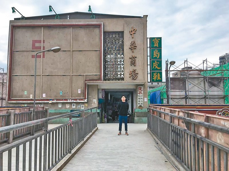 「天橋上的魔術師」在汐止搭起片場,重現1980年代的「中華商場」。圖/梁浩軒提供