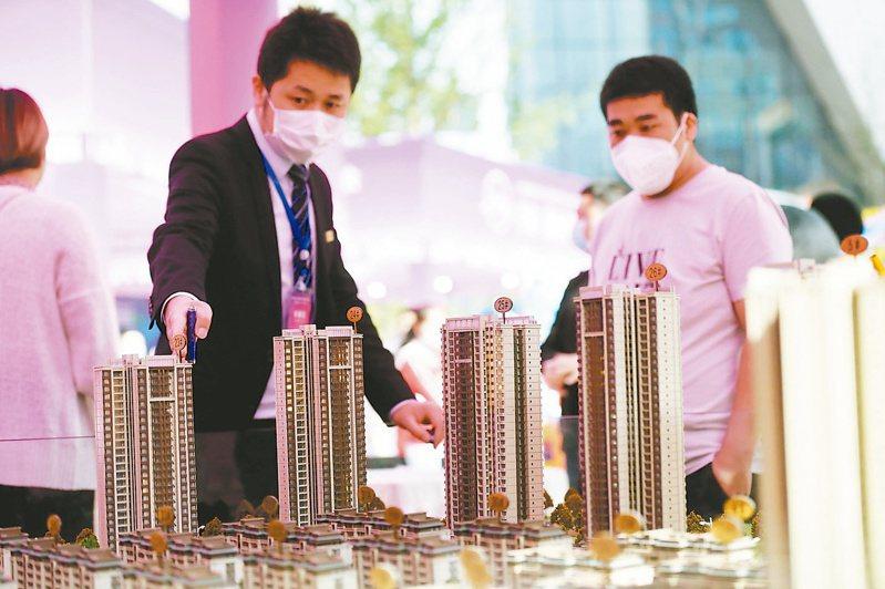 大陸房市調控不斷加碼,上海及深圳等18個城市調高房貸利率。圖為民眾在重慶房交會上選購房屋。(中新社)